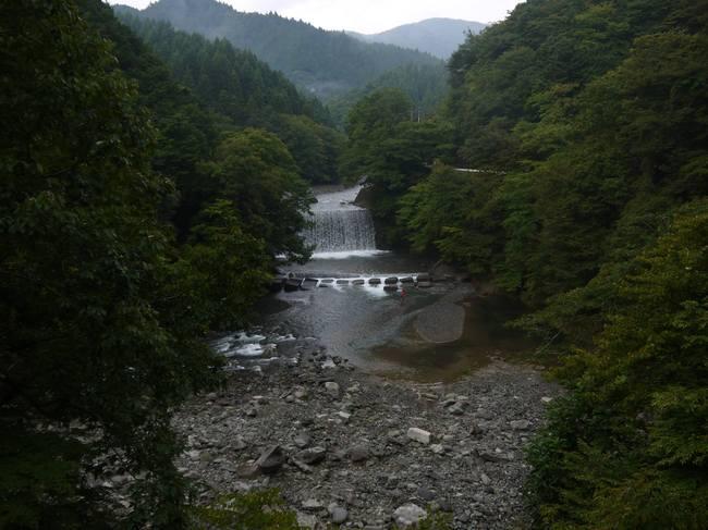 0649_釣り人と熊倉川.JPG